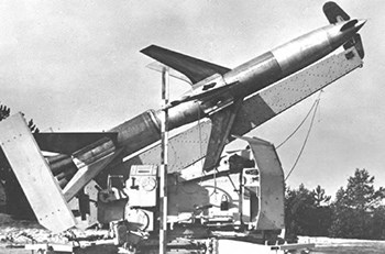 "Космос  German Rheinmetall ""Rheintochter"" R-2 Anti-Aircraft Missiles and Launcher (1:35)"