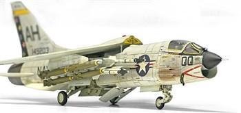 """Купите Самолет USN F-8E VF-162 """"The Hunters"""" (1:72) в интернет-магазине «Лавка Орка». Доставка по РФ от 3 дней."""